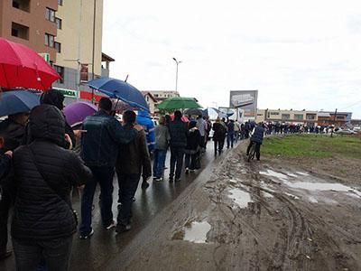 oameni stand in coada, protest Prelungirea Ghencea